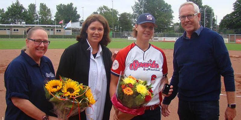 Karin Tuk ontving uit handen van algemeen directeur van de KNBSB Bart Volkerijk, Petra Arends (bestuurslid Topsport Softbal KNBSB) en Sandra Nypels (voorzitter Sparks) een bondsonderscheiding voor het spelen van haar 400ste wedstrijd op het hoogste niveau.