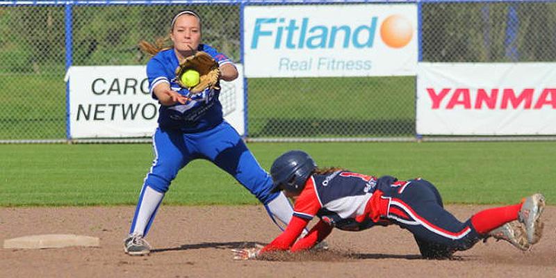 Lizzie Clarijs (Terrasvogels) in actie tegen Sparks. Zij stootte met een squeeze bunt het winnende punt binnen.