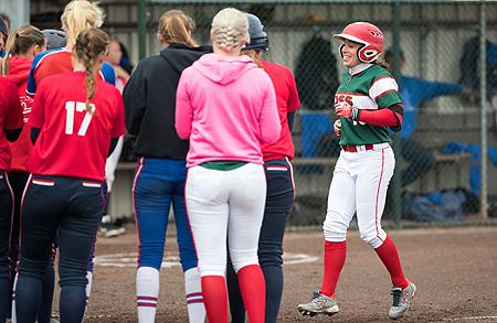 Nathalie Gosewehr wordt na haar homerun opgewacht door haar ploeggenoten.
