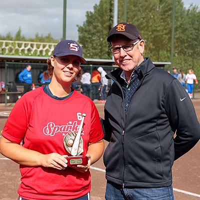 Karin Tuk krijgt de prijs als winnaar van de Homerun Derby uitgereikt door KNBSB-directeur Bart Volkerijk.