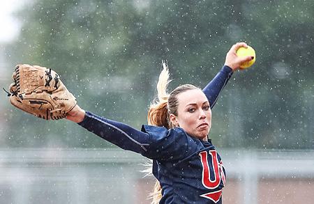 UVV-pitcher Jessica Vogel-Hall in actie in de regen.