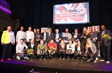 De prijswinnaars bij elkaar op het podium tijdens de Stars Awards.