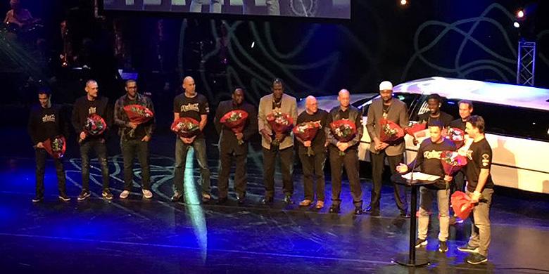 De softballers van Quick Amersfoort op het podium van theater Flint.