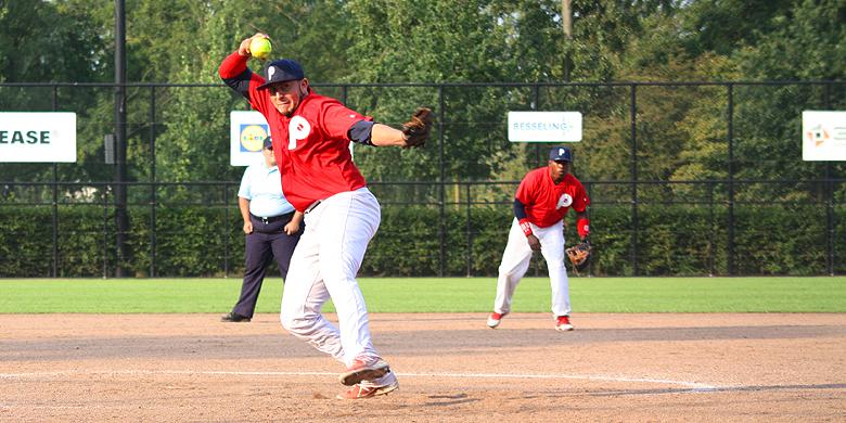 Winnend pitcher Samuel Villalvazo in actie voor Hoofddorp Pioniers.