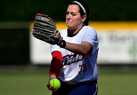 Pitcher Kelsey Nunley in de tweede wedstrijd in actie voor USSSA Pride.