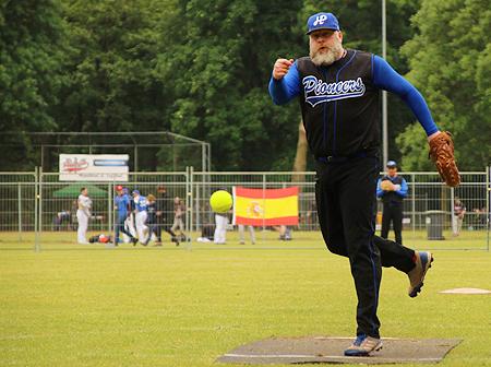Nederlandse pitcher Arjan van Baanen in actie voor Hoboken Pioneers.
