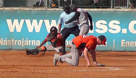 De geblesseerde pitcher Jeroen Mulder gaat neer na een pitch.