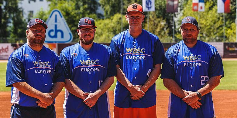 Ben ten Pas (tweede van rechts) naast de andere Europese coaches (van links naar rechts) Tomáš Kusý, Jaroslav Korčák en Kevin Stockford.