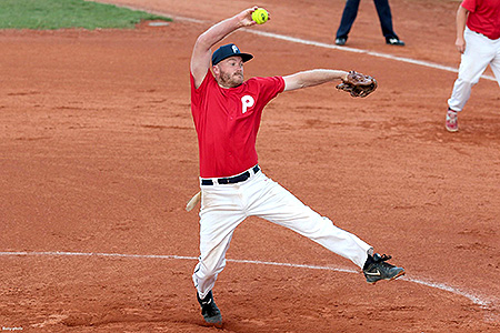 De Amerikaanse pitcher Joel Cooley in actie voor Hoofddorp Pioniers.