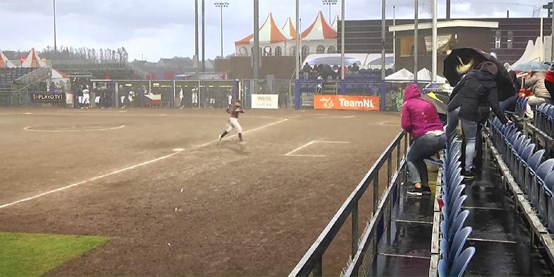 Regen maakte het softbalveld in Hoofddorp vanavond onbespeelbaar.