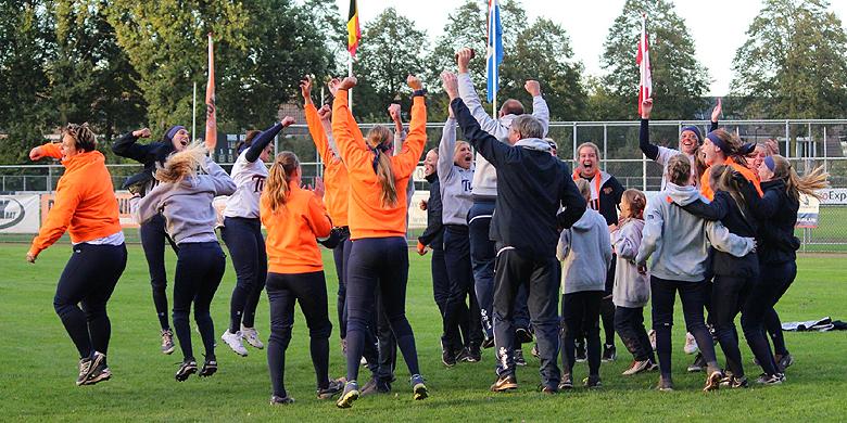 Vreugde bij de speelsters van De Glaskoning Twins nadat bekend is geworden dat zij de kampioen zijn in de Silver League.