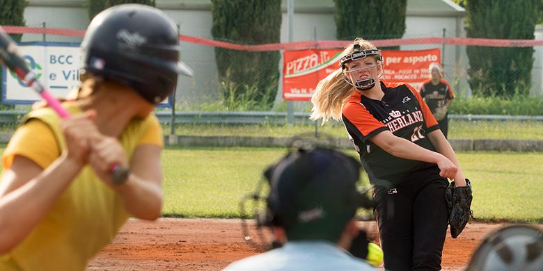 Pitcher Lisa Meijering in actie tijdens de wedstrijd tegen Oekraïne op het EK U19 in Staranzano.