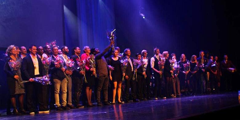 International Emeron Lourens toont de prijs aan het publiek in theater Flint.
