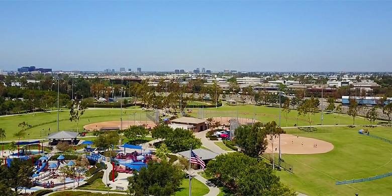 Een overzicht van het Bill Barber Park met op de achtergrond het stadion.