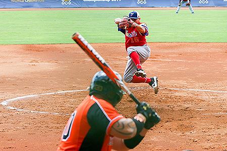 Startend pitcher Carlos Ucero in actie voor Venezuela.