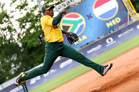 De Zuid-Afrikaanse pitcher Tidima Kekana met zijn karakteristieke beweging.