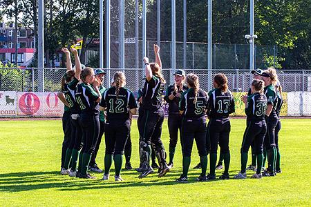 Vreugde bij de speelsters van ROEF! na het behalen van de eerste plaats en een ticket voor één van de Europese clubtoernooien.
