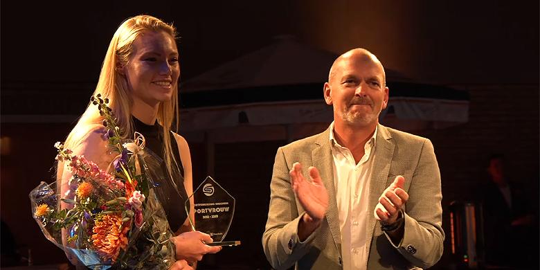 Laura Wissink kreeg gisteren in de Pathmoshal haar prijs uitgereikt.