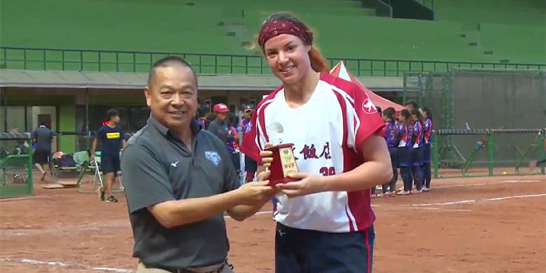 Eva Voortman werd winnend pitcher in haar eerste twee profwedstrijden in Taiwan.