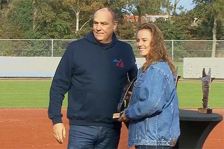 Maxime van Dalen ontving haar onderscheiding uit handen van bondsbestuurslid Peter van der Aart.