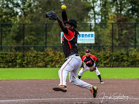 Winnend pitcher Emeron Lourens in actie.
