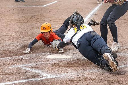 Cindy van der Zanden scoort na een doorgeschoten bal.