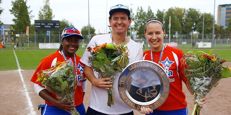 Stanley Doney met Shareday Christina (links) en Virginie Anneveld (rechts) na de gewonnen landstitel in 2018.