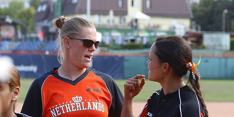 Saskia Kosterink (links) tijdens het EK in 2020 in gesprek met speelster Rebecca Soumeru.